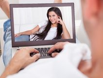 Man die een Videochat met Vrouw hebben Stock Fotografie