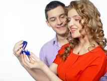 Man die een vrouw een verlovingsring geven Royalty-vrije Stock Afbeelding