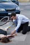 Man die een ziekenwagen voor verwonde vrouw roepen Stock Foto