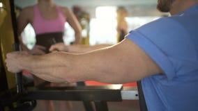 Man die in gymnastiek uitwerken, die aandacht van mooie blondevrouw aantrekken, flirt stock videobeelden