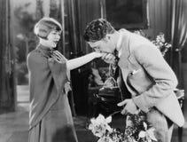 Man die met bloemen de hand van de vrouw kussen (Alle afgeschilderde personen leven niet langer en geen landgoed bestaat Leveranc Royalty-vrije Stock Fotografie