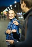 Man die met glimlachende Amerikaanse donkerbruine vrouw in recente eveni flirten Royalty-vrije Stock Foto's