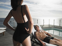 Man die op Deckchair rust en Vrouw bekijkt Royalty-vrije Stock Foto's