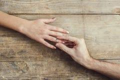 Man die op een overeenkomst aan zijn vrouw zetten Royalty-vrije Stock Afbeeldingen