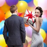 Man die op glimlachende vrouw kijken royalty-vrije stock afbeelding