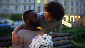 Man die op meisje met bloemen wachten, vrouw die behandelend man ogen flirten stock video