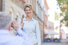 Man die op middelbare leeftijd beeld van vrouw in stad nemen Stock Fotografie