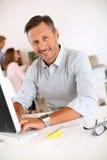 Man die op middelbare leeftijd met bedrijfsvrouw werken stock afbeelding