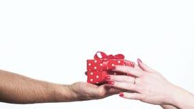 Man die rode giftdoos overhandigen aan een vrouw stock video
