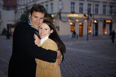Man die vrouw in de winter omhelst Royalty-vrije Stock Afbeeldingen