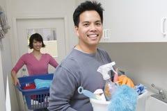 Man die Vrouw helpen bij het Huishoudenwerk Royalty-vrije Stock Afbeeldingen