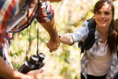Man die vrouw het beklimmen bevorderen Royalty-vrije Stock Foto's