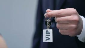 Man die vrouw keychain met VIP woord, de luxedienst voor rijken voorstellen stock videobeelden