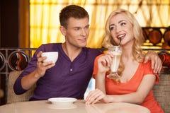 Man die vrouw in koffie en het glimlachen koesteren royalty-vrije stock fotografie