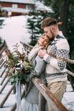 Man die vrouw op houten brug in berg koesteren Royalty-vrije Stock Fotografie