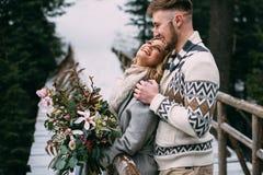 Man die vrouw op houten brug in berg koesteren Stock Foto's