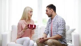 Man die vrouw rode hart gevormde giftdoos geven stock video