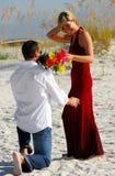 Man die vrouwenbloemen aanbiedt Royalty-vrije Stock Afbeelding