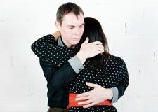 Man die zijn vrouw troosten Royalty-vrije Stock Foto's