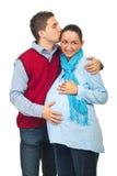 Man die zwangere vrouw kust Royalty-vrije Stock Afbeeldingen
