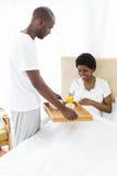 Man dienend ontbijt aan zwangere vrouw Royalty-vrije Stock Afbeeldingen