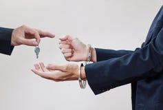 Man dient handcuffs in Stock Foto