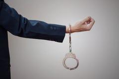 Man dient handcuffs in Royalty-vrije Stock Afbeelding
