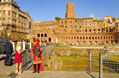A MAN DISGUISED BY ROMAN CENTURION PERFORMS ON PAYMENT FOR TOURISTS. ROMAN FORUM, ROME, ITALY. Stock Photos