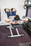 Man doing abdominal crunches on bench Royalty Free Stock Photos