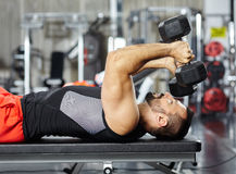 Man doing chest workout Royalty Free Stock Photos