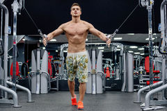 Man doing exercises in gym Royalty Free Stock Photos