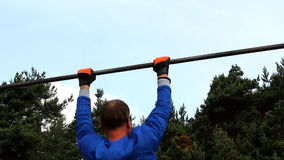 Man doing pull-ups outdoors Royalty Free Stock Images