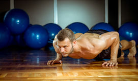 Man doing push-ups in gym Royalty Free Stock Photography