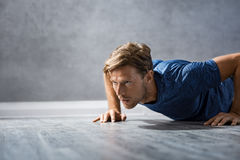 Man doing push ups Royalty Free Stock Images