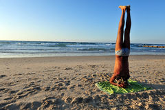Man doing yoga in Tel Aviv Royalty Free Stock Photos