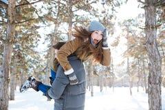Man dragende vrouw op zijn schouders Stock Fotografie