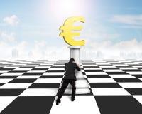 Man driftigt pengarschack av guld- eurovaluta Royaltyfria Foton