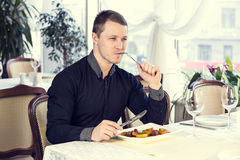 Man eating in a restaurant Royalty Free Stock Photography