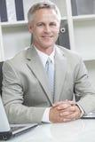 Man eller affärsman som i regeringsställning sitter på skrivbordet Royaltyfria Foton