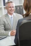 Man- eller affärsmankontor som möter den kvinnliga kollegan arkivfoto