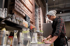 Man- eller bartendermatlagningsmoothie på strikt vegetariankafét Arkivfoto