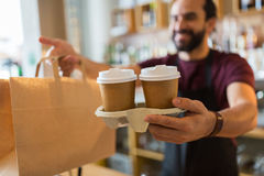 Man- eller bartenderportionkund på coffee shop Arkivfoton