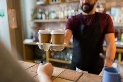Man- eller bartenderportionkund på coffee shop Royaltyfri Bild