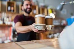Man- eller bartenderportionkund på coffee shop Royaltyfria Bilder