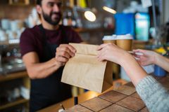 Man- eller bartenderportionkund på coffee shop Royaltyfri Foto