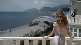 Man en de vrouw die op verschillend balkon de blijven en verzenden luchtkus stock footage