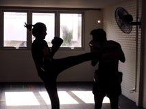Man en jonge vrouw die samen vechten Het vrouwelijke het praktizeren in dozen doen Geschikte Vrouw en Haar Trainer Boxing Indoors stock foto