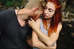 Man en vrouw in aard Royalty-vrije Stock Fotografie