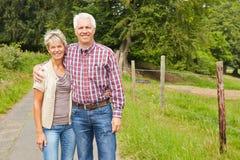Man en vrouw als landbouwer met weide stock afbeelding
