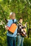 Man en vrouw bespoten bomen Royalty-vrije Stock Afbeeldingen